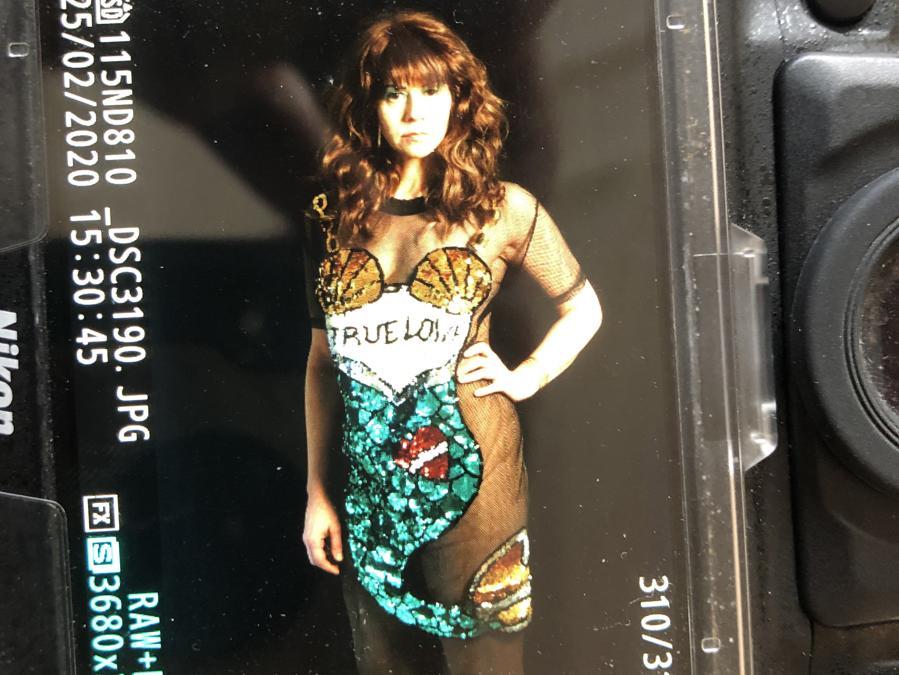 Erika Verzutti. È un'artista brasiliana. Ha recentemente esposto alla Biennale di Venezia e al Centre Pompidou di Parigi. Ha scelto un look nude con collant Marios e un abito acquisito da Milovan Farronato a Chinatown, Milano, per partecipare adeguatamente al Carnevale di Rio nel 2017.